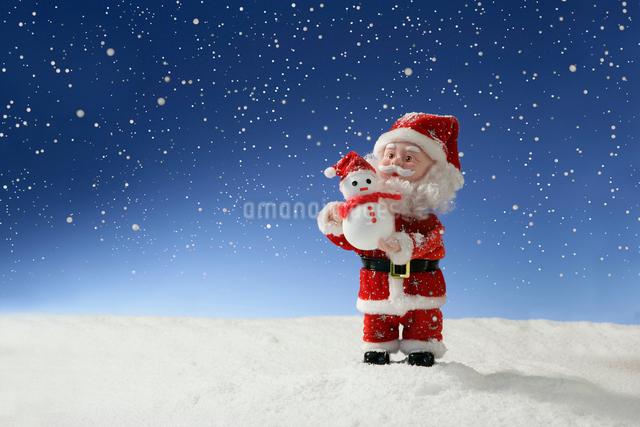 雪だるまを持ったサンタクロースの写真素材 [FYI01413842]