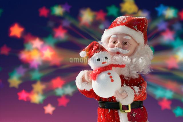 小さな雪だるまを持つサンタクロースの写真素材 [FYI01413923]