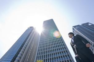 そびえ立つビルとビジネスマンの写真素材 [FYI01413936]