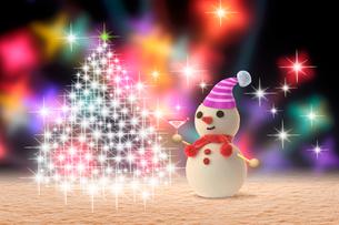 雪だるまとイルミネーションツリーの写真素材 [FYI01413952]