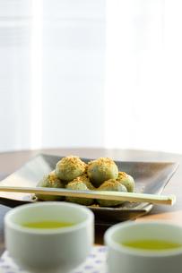 テーブルの上に置かれた和菓子と緑茶の写真素材 [FYI01413957]