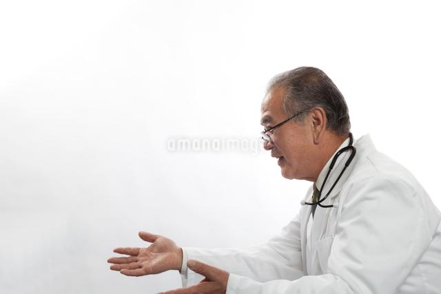 医者の横顔の写真素材 [FYI01413962]