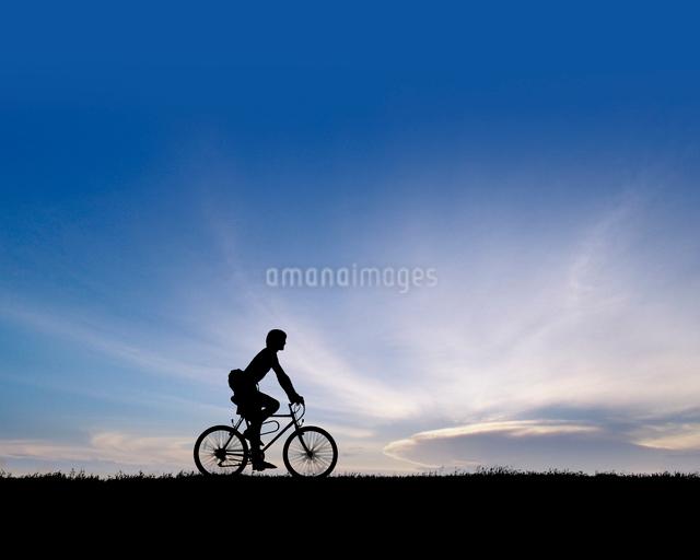サイクリングをする青年の写真素材 [FYI01413973]