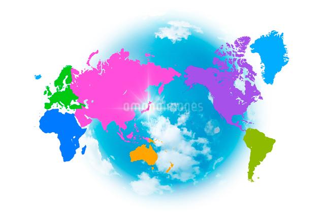 色分けされた世界地図と青空のイラスト素材 [FYI01414066]