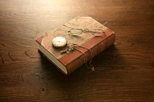 机の上のアンティークな本と懐中時計の写真素材 [FYI01414102]