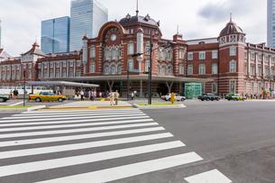 東京駅と駅前通りの写真素材 [FYI01414109]