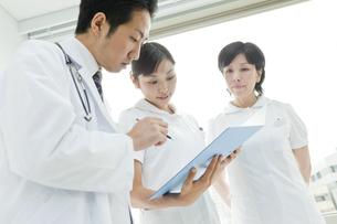 医師と打合せする2人の看護師の写真素材 [FYI01414117]