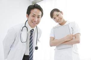 患者に質問する医師と看護師の写真素材 [FYI01414143]