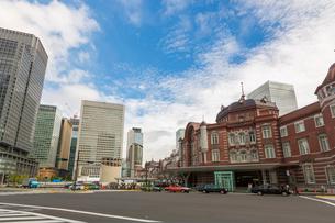 東京駅と駅前通りの写真素材 [FYI01414150]