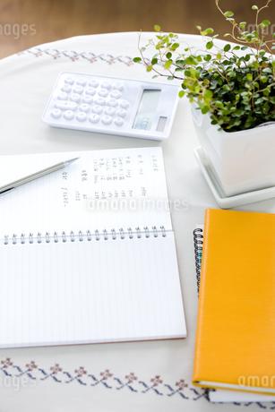 家計簿と電卓の写真素材 [FYI01414166]