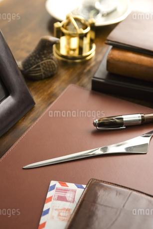 書斎の机の上の手紙とペーパーナイフの写真素材 [FYI01414197]