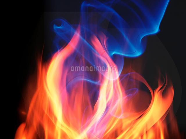 炎と青い煙の写真素材 [FYI01414206]