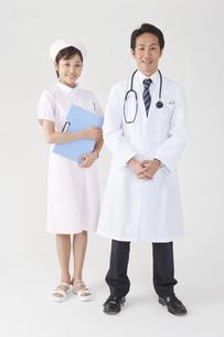 微笑む医師と看護師の写真素材 [FYI01414209]