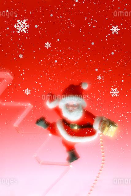 サンタクロースとプレゼント(赤バック)の写真素材 [FYI01414215]