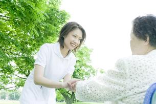 話をするシニア女性と看護師の写真素材 [FYI01414232]