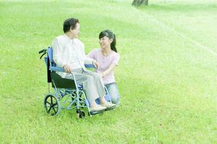 車椅子のシニア女性と若い女性の写真素材 [FYI01414241]