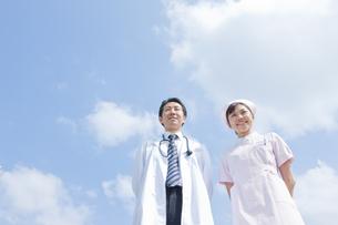 微笑む医師と看護師の写真素材 [FYI01414258]