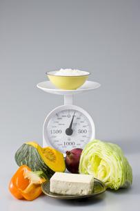 量りとご飯と野菜と豆腐の写真素材 [FYI01414287]