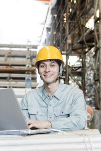 倉庫で働く日本人男性の写真素材 [FYI01414312]