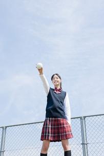 ソフトボールを持ち上げる女子生徒の写真素材 [FYI01414342]