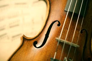 アンティークのバイオリンの写真素材 [FYI01414376]