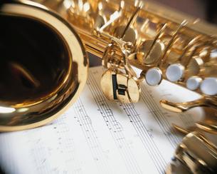 テナーサックスと楽譜の写真素材 [FYI01414430]