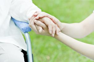 シニア女性の手を握る女性の手の写真素材 [FYI01414441]
