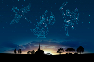 夕日イメージと星座(白鳥座,カシオペア座,オリオン座)の写真素材 [FYI01414448]