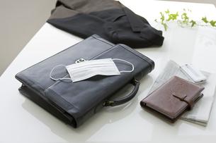 テーブルの上に置かれたバッグとマスクの写真素材 [FYI01414449]