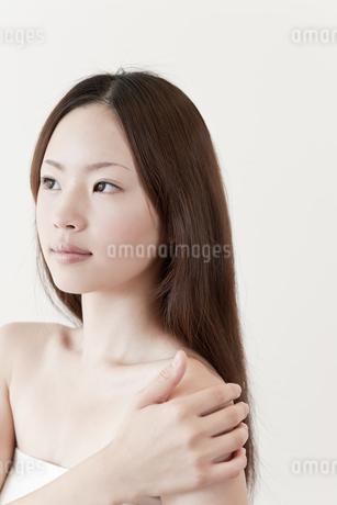 肩に手を置く日本人女性の写真素材 [FYI01414477]