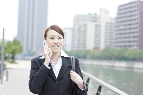 オフィス街で働く日本人女性の写真素材 [FYI01414491]