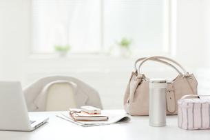 テーブルに置かれたバッグとお弁当の写真素材 [FYI01414534]