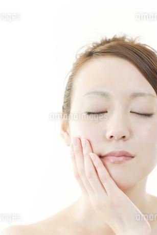 大人の女性の美容とたるみを上げるイメージの写真素材 [FYI01414575]