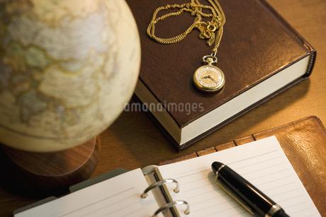 手帳と書籍と地球儀と懐中時計の写真素材 [FYI01414596]