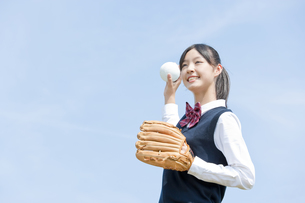 キャッチボールをする女子生徒の写真素材 [FYI01414597]