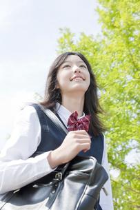 笑顔で登校する女子生徒の写真素材 [FYI01414614]