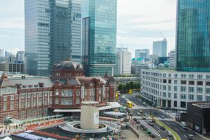 東京駅と駅前の写真素材 [FYI01414623]