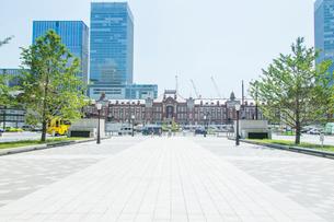 東京駅と駅前の写真素材 [FYI01414648]