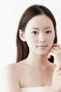 頬を触る日本人女性の写真素材 [FYI01414709]