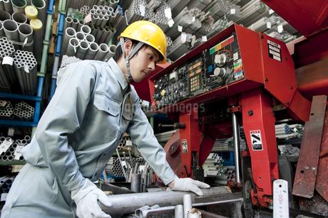 倉庫で働く日本人男性の写真素材 [FYI01414724]