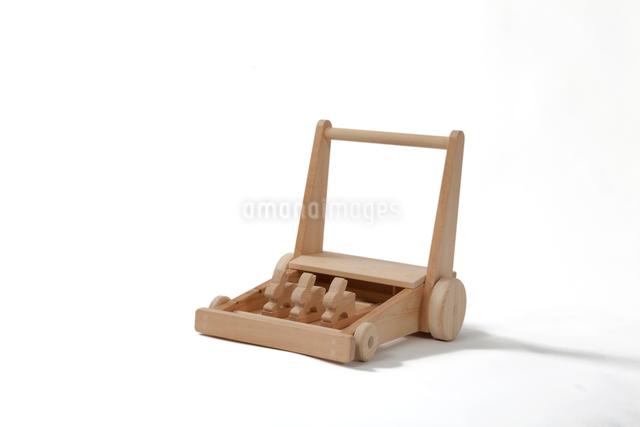 木製の手押し車の写真素材 [FYI01414726]