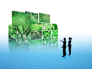 波紋上の新緑画像を鑑賞する男女のイラスト素材 [FYI01414881]