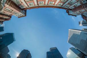 東京駅とビルの写真素材 [FYI01414893]