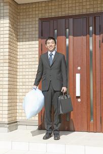 玄関の前に立つ父親の写真素材 [FYI01414949]