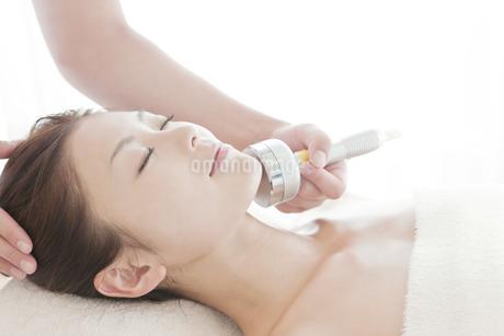 美顔器をあてる日本人女性の写真素材 [FYI01415013]