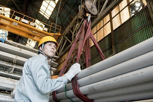 倉庫で働く日本人男性の写真素材 [FYI01415065]