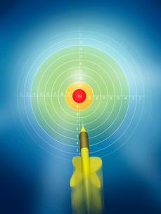 最高点を目指すダーツの矢のイラスト素材 [FYI01415103]