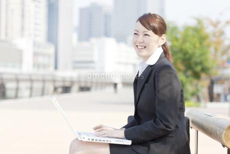 ベンチでノートパソコン開く日本人女性の写真素材 [FYI01415118]