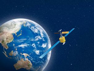 宇宙空間で地球の周りを飛ぶ人工衛星のイラスト素材 [FYI01415291]