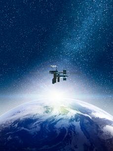 宇宙空間で地球を望む宇宙ステーションのイラスト素材 [FYI01415321]